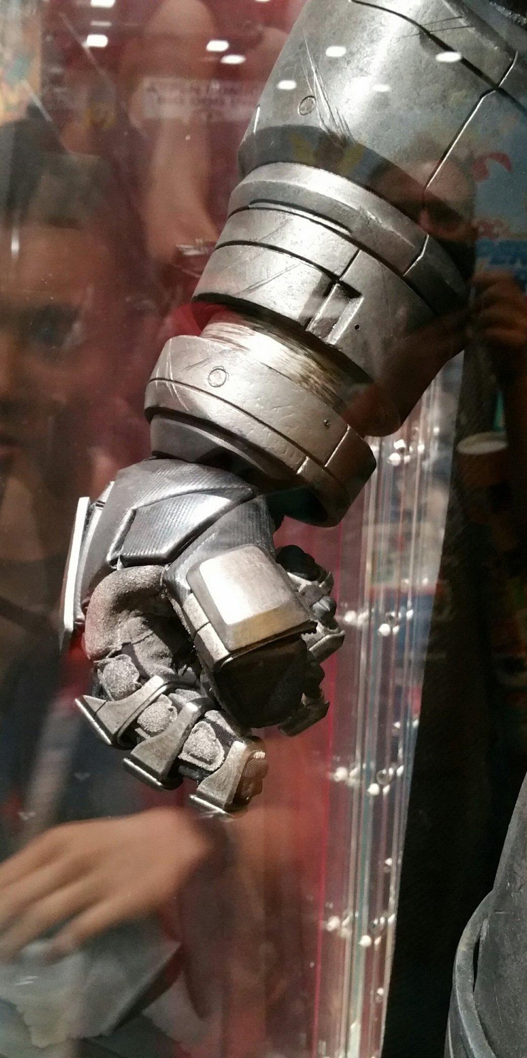 Костюмы, гаджеты и фигурки Бэтмена на Comic-Con 2015 - Изображение 20