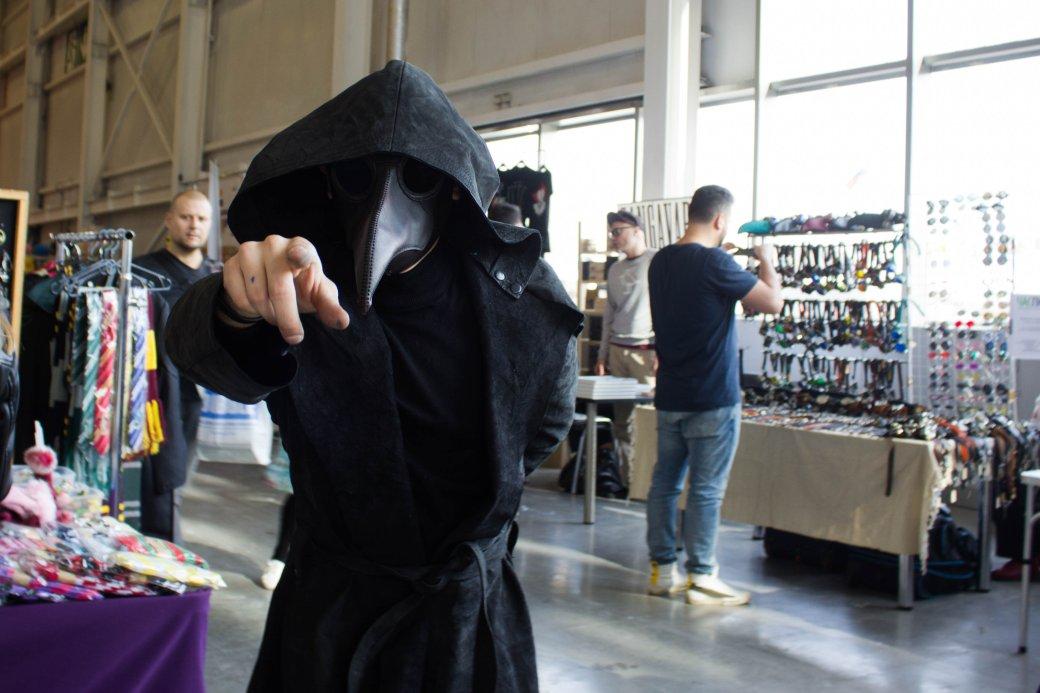 Создатель «Черного плаща», косплей итолпы геймеров. Comic Con Russia и«Игромир» 2019. День1 | Канобу - Изображение 9