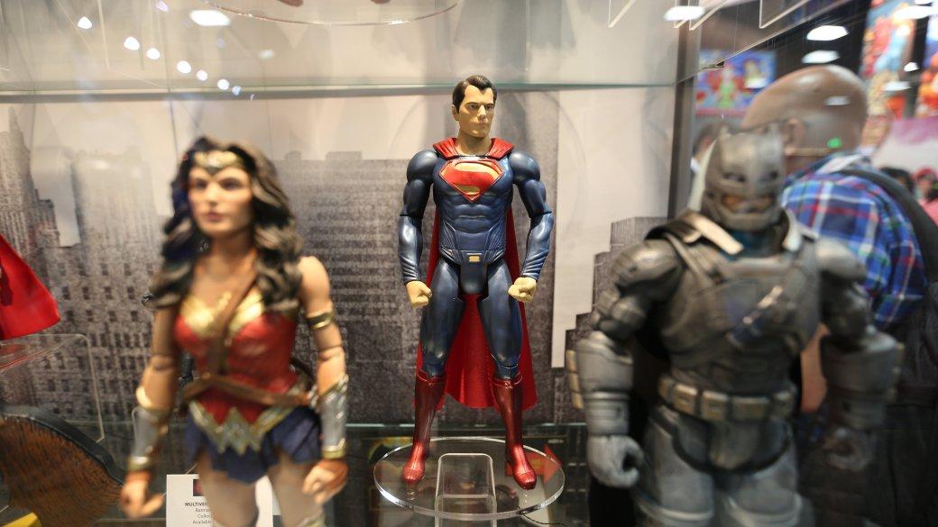 Костюмы, гаджеты и фигурки Бэтмена на Comic-Con 2015 | Канобу - Изображение 19